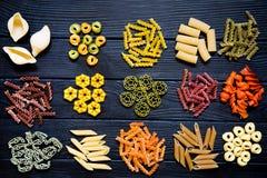 Sortiment av pasta olik sortmacaroni Färgrikt rött, Royaltyfri Fotografi