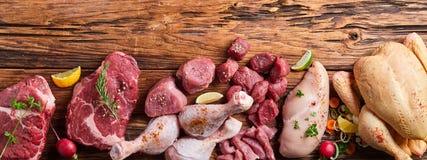 Sortiment av rått kött på trätabellen royaltyfria foton