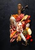 Sortiment av salami och mellanm?l Korv Fouet, korvar, salami, paperoni P? en svart tr?bakgrund Top besk?dar Fritt utrymme f?r arkivfoton