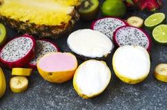 Sortiment av sorbet med naturliga exotiska frukter Arkivbild
