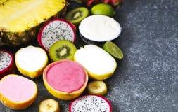 Sortiment av sorbet med naturliga exotiska frukter Arkivbilder