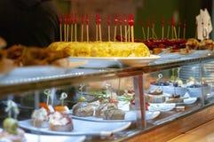 Sortiment av steknålar och tapas i restaurangskärm Omelett av potatisar, montaditos royaltyfri fotografi