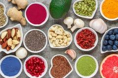 Sortiment av sund strikt vegetarianmat på en grå bakgrund Superfood Top beskådar royaltyfri fotografi