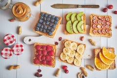 Sortiment av sunda nya frukostrostade bröd royaltyfri foto