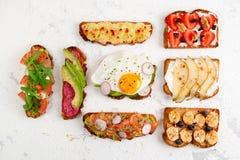 Sortiment av sunda och färgrika rostade bröd för frukost royaltyfri fotografi