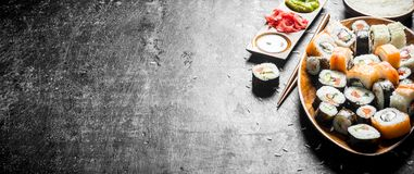 Sortiment av sushirullar med laxen och grönsaker på en platta fotografering för bildbyråer