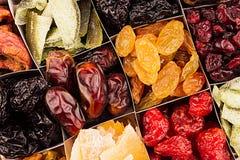 Sortiment av torkad fruktcloseupbakgrund i fyrkantiga celler Royaltyfri Bild