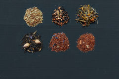 Sortiment av torkade teer på mörk bakgrund Arkivfoto