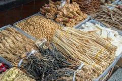 Sortiment av torkade växter som används för växt- medicin för traditionell kines Arkivbilder