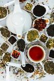 Sortiment av torr tea Olika sorter av te som isoleras på vit Olika sorter av teblad Tesammansättning med olik snäll nolla Royaltyfri Foto