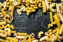Sortiment av torra olika typer av pasta arkivbilder
