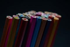 Sortiment av unsharpened mångfärgade färgpennor Arkivbilder