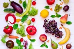 Sortiment för bästa sikt av ljusa organiska nya frukter och grönsaker på den vita trätabellen Sunt äta, bantar, detoxbackgroun Royaltyfri Foto