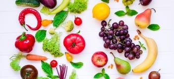 Sortiment för bästa sikt av ljusa organiska nya frukter och grönsaker på den vita trätabellen Sunt äta, bantar, detoxbackgroun Royaltyfri Bild