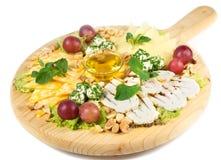 Sortiment för ostplatta av olika typer på träskärbräda Royaltyfri Foto