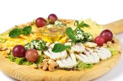 Sortiment för ostplatta av olika typer på träskärbräda Royaltyfria Bilder