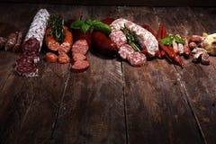 Sortiment f?r kallt k?tt med l?cker salami och nya ?rter Variation av k?ttprodukter inklusive coppa och korvar arkivbilder