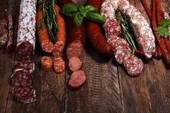 Sortiment f?r kallt k?tt med l?cker salami och nya ?rter Variation av k?ttprodukter inklusive coppa och korvar royaltyfri foto