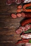 Sortiment f?r kallt k?tt med l?cker salami och nya ?rter Variation av k?ttprodukter inklusive coppa och korvar arkivfoto