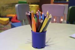 Sortimentet av den kulöra blyertspennor färgade teckningen ritar kulöra teckningsblyertspennor i en variation av färger Arkivfoto