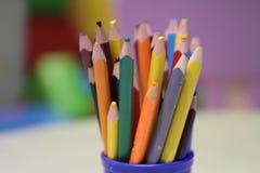 Sortimentet av den kulöra blyertspennor färgade teckningen ritar kulöra teckningsblyertspennor i en variation av färger Royaltyfria Foton