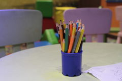 Sortimentet av den kulöra blyertspennor färgade teckningen ritar kulöra teckningsblyertspennor i en variation av färger Royaltyfria Bilder