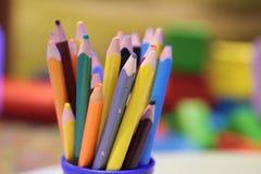 Sortimentet av den kulöra blyertspennor färgade teckningen ritar kulöra teckningsblyertspennor i en variation av färger Royaltyfri Bild