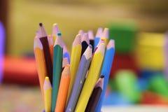 Sortimentet av den kulöra blyertspennor färgade teckningen ritar kulöra teckningsblyertspennor i en variation av färger Fotografering för Bildbyråer