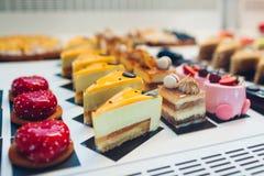 Sortimentet av kakor p? kaf?t st?ller ut Variation av anstrykningar Choklad och kr?m bakar ihop i lager med frukter och gel? arkivfoton