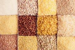Sortimentgryn som dekorativ bakgrund Vetepärla, bulgur, hirs, ris, couscous, mannagryn, havregrus, bovete, quinoa arkivfoto