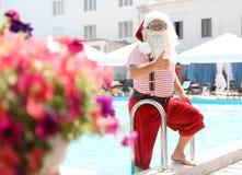Sortir authentique de Santa Claus de la piscine image libre de droits