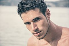 Sortir beau de jeune homme de l'eau avec les cheveux humides Photo stock