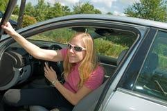 Sortir de femme du véhicule Photographie stock