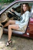 Sortir sexy de femme d'affaires de la voiture 1 photos libres de droits