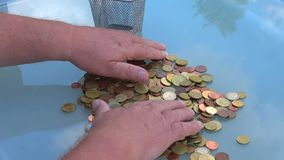 Sortować monety z twój rękami monety euro zbiory