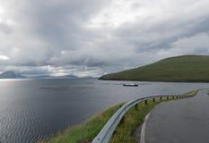 Sorvagsfjord i den Vagar ön på Faroe Island royaltyfri bild