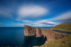 Sorvagsvatn sjö på klippor av lång exponering för Vagar ö, Faroe Island arkivbilder