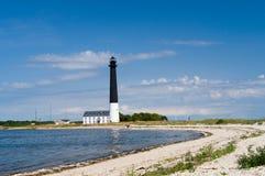 反对蓝天,萨列马岛海岛的Sorve灯塔 免版税库存图片