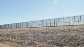 Sorvegliando il rasentare il confine del Messico e degli Stati Uniti stock footage