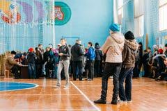 Sorveglianza bielorussa irriconoscibile delle ragazze degli allievi della scuola secondaria Fotografia Stock