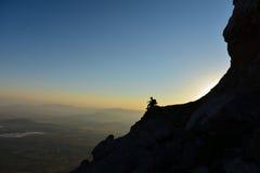 Sorveglianza del paesaggio allo scalatore della sommità Fotografia Stock Libera da Diritti