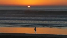 Sorveglianza del tramonto sopra l'Oceano Atlantico dalla spiaggia di Agadir, il Marocco fotografia stock libera da diritti