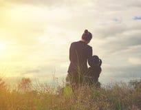 sorveglianza di tramonto del cielo della madre della figlia Fotografia Stock Libera da Diritti