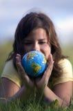 sorveglianza graziosa del globo della ragazza della terra fotografie stock libere da diritti