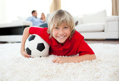 sorveglianza sorridente della corrispondenza di gioco del calcio del ragazzo Fotografia Stock