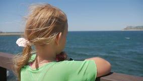 Sorveglianza teenager della ragazza del mare Speranza preoccupata pensierosa della ragazza archivi video