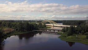 Sorvolando bello paesaggio un grande ponte dell'automobile sopra il lago, foresta stock footage