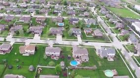 Sorvolando le case e le iarde residenziali lungo la via suburbana - concetto di svago e di viaggio