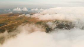 Sorvolando le nuvole al crepuscolo o all'alba Volando sopra le nubi Siluetta dell'uomo Cowering di affari Caucaso del nord video d archivio