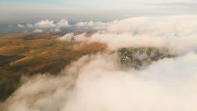 Sorvolando le nuvole al crepuscolo o all'alba Volando sopra le nubi Siluetta dell'uomo Cowering di affari Caucaso del nord stock footage